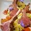 Grilovaný jahňací hrebienok s pučenými zemiakmi, čerstvým majoránom a glazovanými perlovými cibuľkami