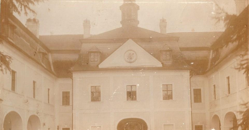 pohľad do nádvoria z prvej polovice 20. stor.