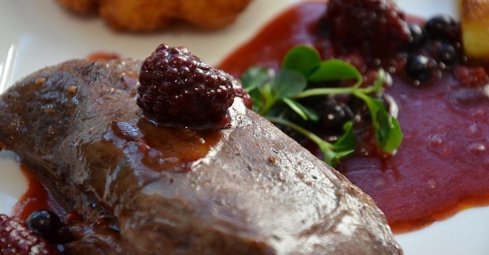 Jelení steak s horúcim lesným ovocím  a bryndzovými rostami