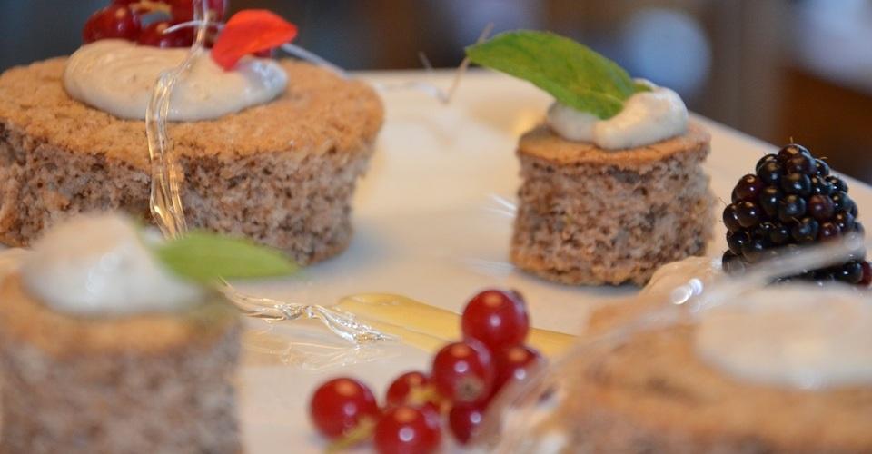 orechový koláčik s gaštanovou penou a omáčkou z vaječného likéru